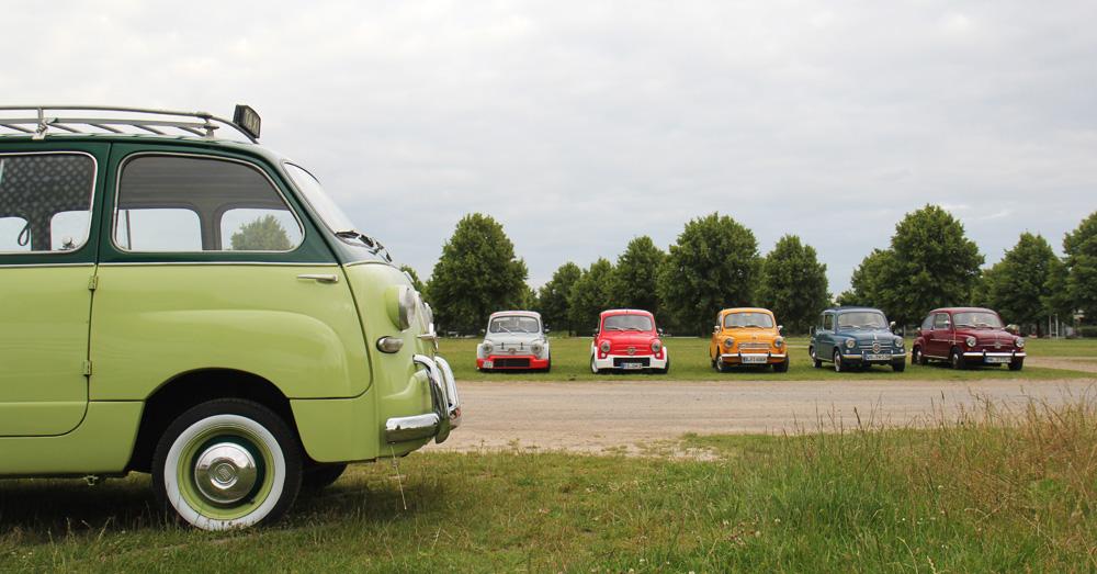Fein aufgereihte Fiat 600 und Derivate.
