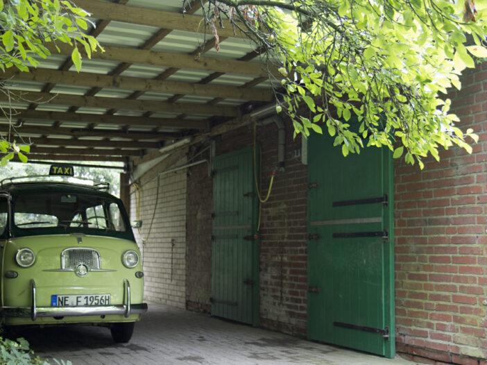 Steht schön im Trockenen – der Fiat Multipla.