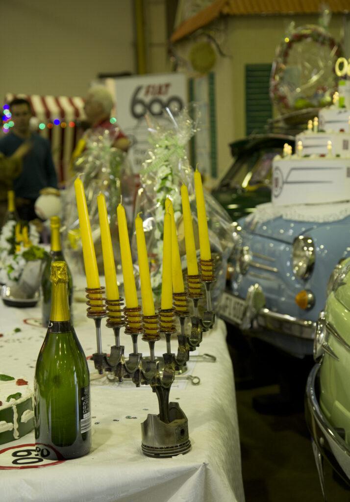 Auf einer feierlich gedeckten Tafel darf ein standesgemäßer Kerzenleuchter nicht fehlen. Stilecht aus Kolben und Ventilen.